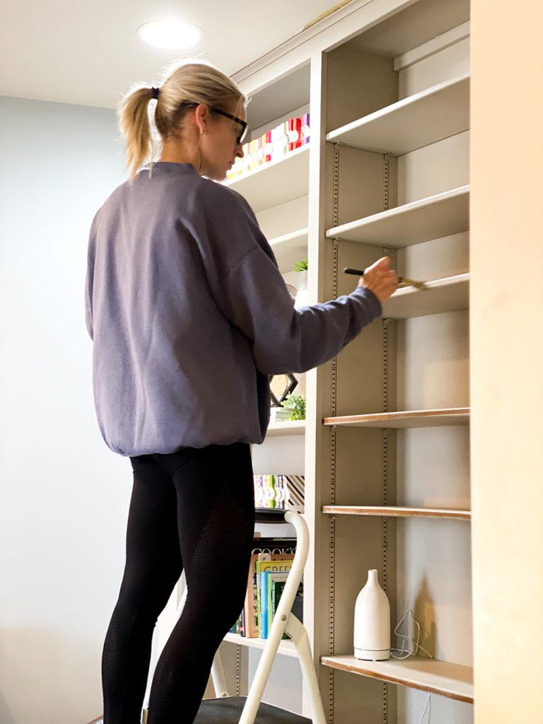 Painted Bookshelf athymeformilkandhoney.com SKH #paintedbookshelf #diy #paintedbookshelfdiy